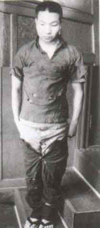 Хакамада Ивао примеряет штаны, обнаруженные полицией в резервуаре с мисо (1976)