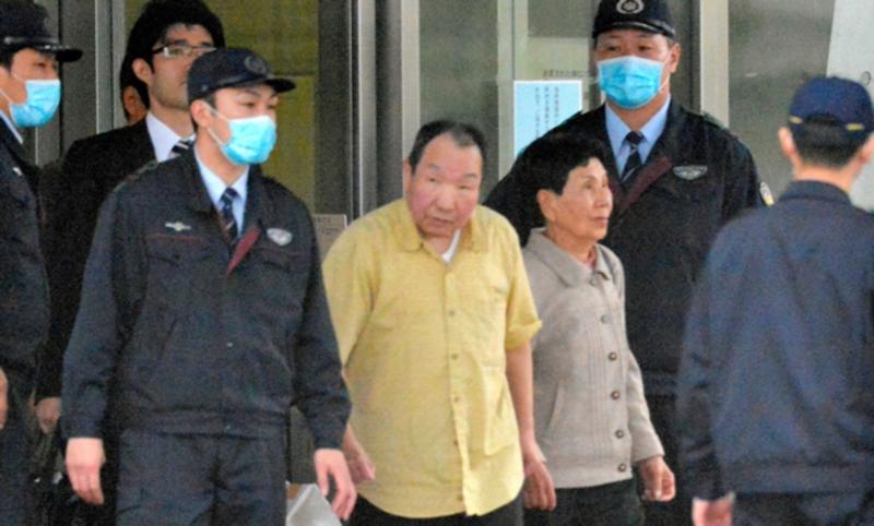 Хакамада Ивао и его сестра Хидэко покидают Токийский центр заключения 27 марта 2014 г.